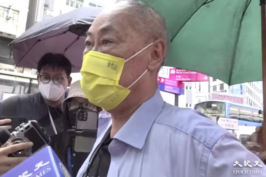 70多歲的歐陽先生在銅鑼灣附近行街時,被警察截查並搜身近10分鐘。(大紀元直播截圖)