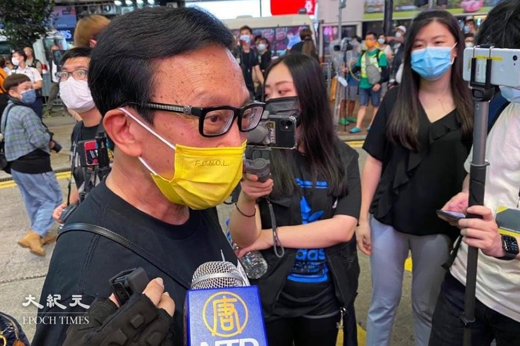 人稱「劉公子」的劉定成被警方截查後接受記者訪問。(梁珍/大紀元)