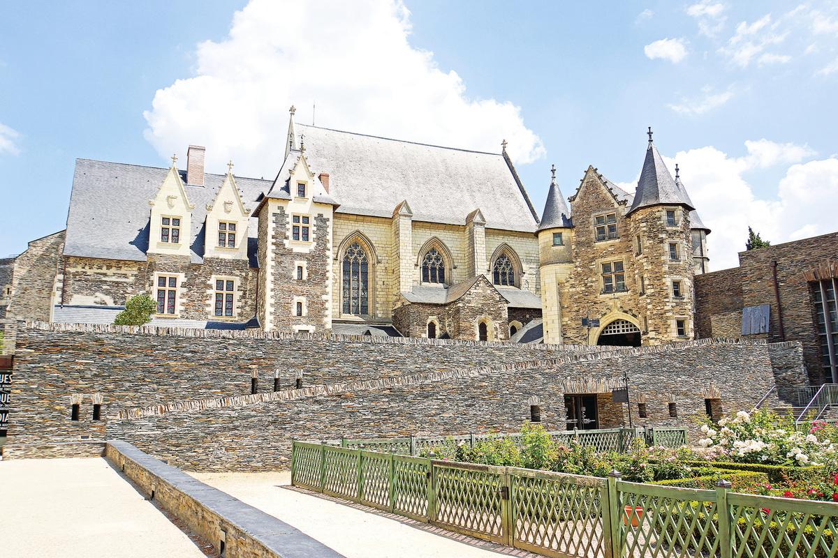從南部城牆上俯瞰,從左至右依次為:王室寓所、禮拜堂、小城堡和《啟示錄》壁毯畫廊。(維基百科)