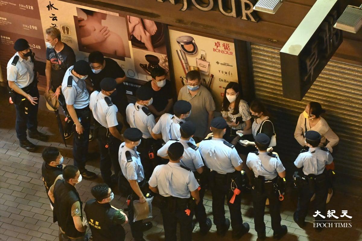 在朗豪坊外、山東街至彌敦道附近,大批市民被警方截查,多人被發限聚令告票,有記者也被票控。(宋碧龍/大紀元)
