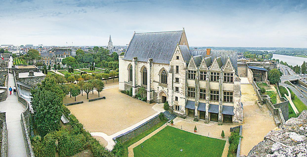 從城堡的最高處風車塔看內部,可見禮拜堂和王室寓所的全景。(維基百科)