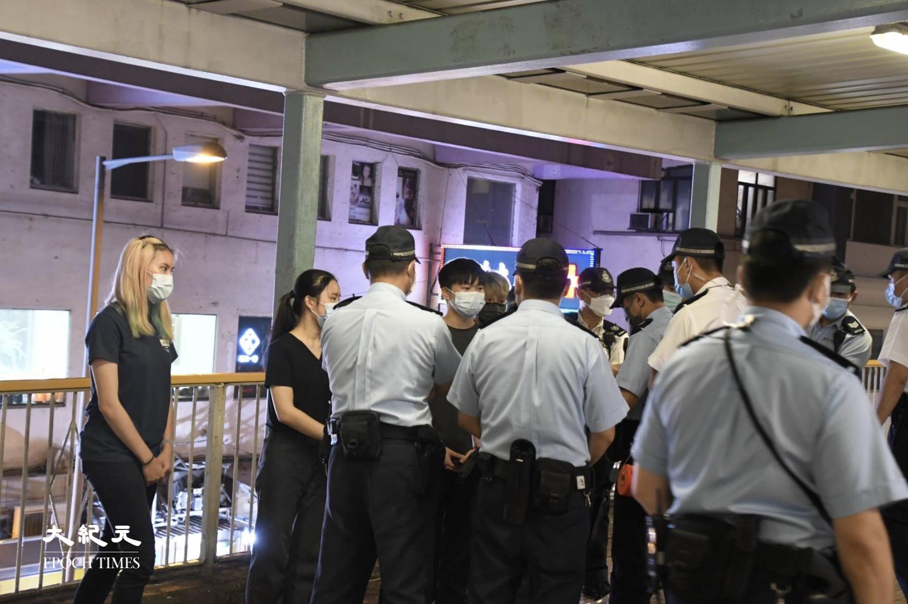 40-50名警員包圍擺街站的學聯及嶺南大學學生。(麥碧/大紀元)