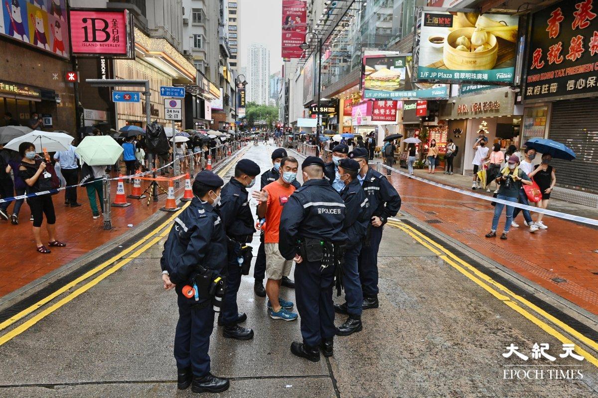 6月12日下午,警方封鎖銅鑼灣記利佐治街,截查市民。(宋碧龍/大紀元)