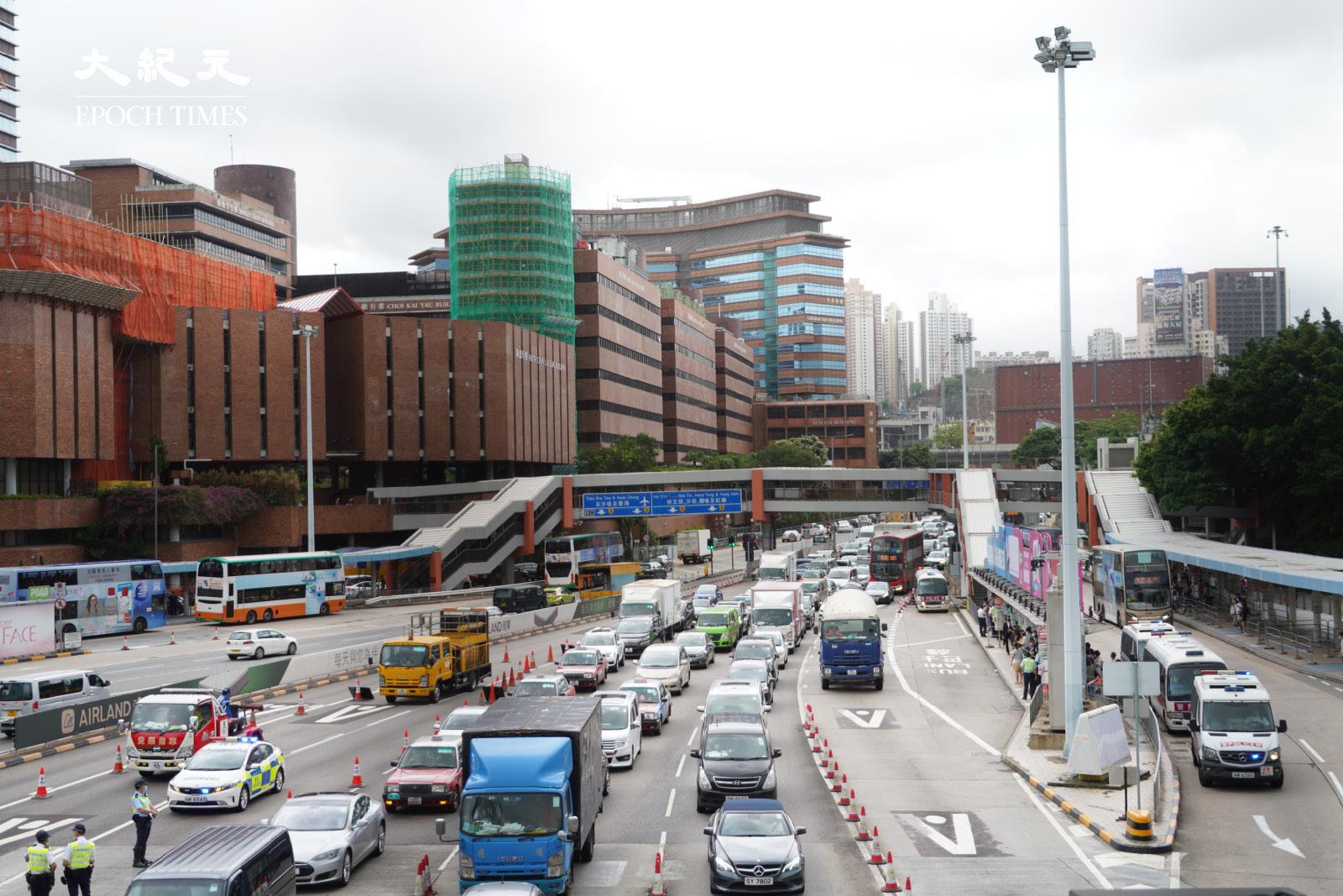 下午4時左右,警方在紅磡海底隧道設置路障,截查從九龍到港島方向的車輛。(余鋼/大紀元)