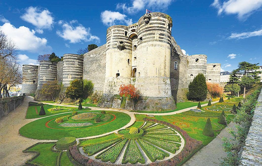 昂熱城堡南面,最初是城堡的入口正門,下方的壕塹如今被改造成了花園。(維基百科)