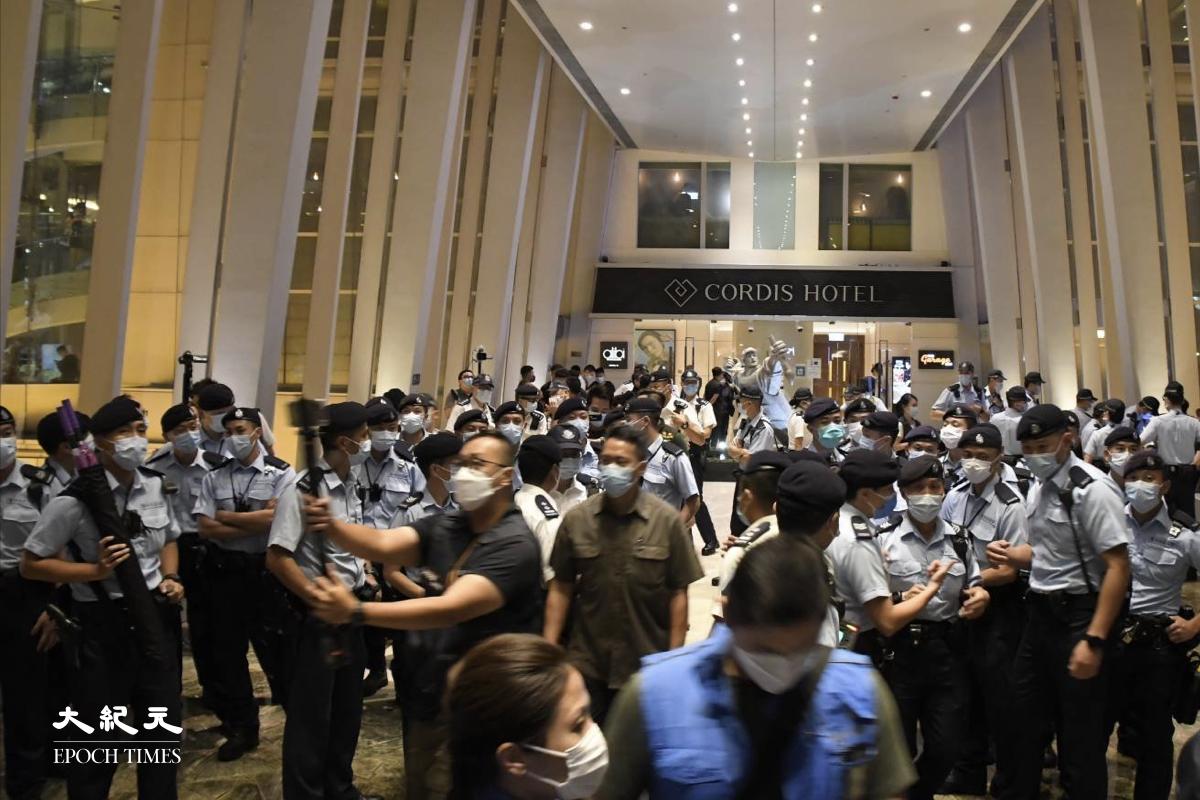 朗豪坊連接康得思酒店的天橋佈滿警員,驅趕在場的市民。(麥碧/大紀元)