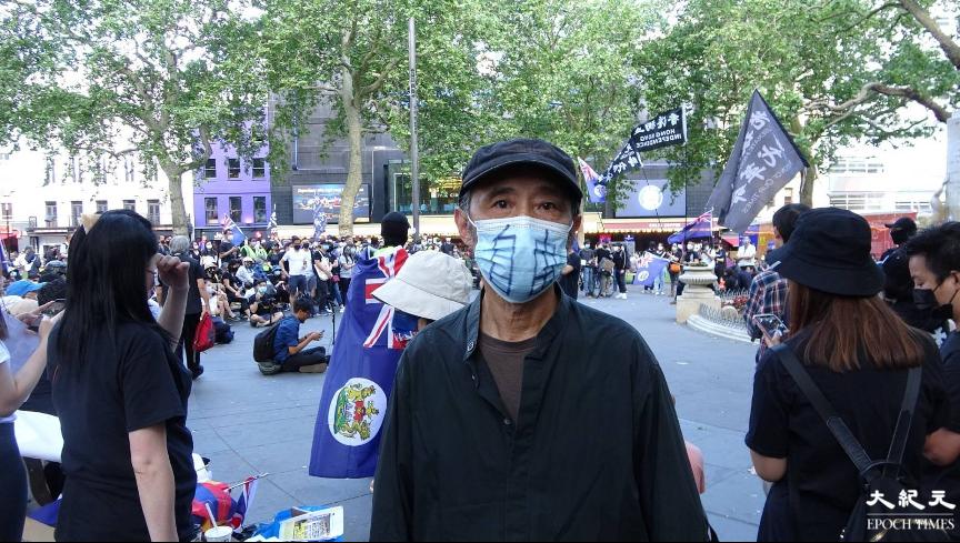 大陸流亡作家馬建亦出席集會,並戴上寫有「自由」兩字的口罩。(文苳晴/大紀元)
