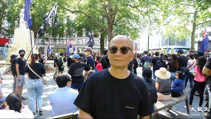 華裔英軍梁先生出席李斯特廣場集會,指集會規模在海外集會中屬於龐大。(文苳晴/大紀元)