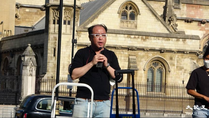 英國華人Gordon上台發言,分享幫助流亡港人的經歷。(文苳晴/大紀元)