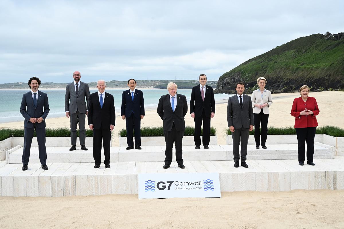 G7領導人和歐盟領導人在 G7峰會召開首日留影。(LEON NEAL/POOL/AFP via Getty Images)