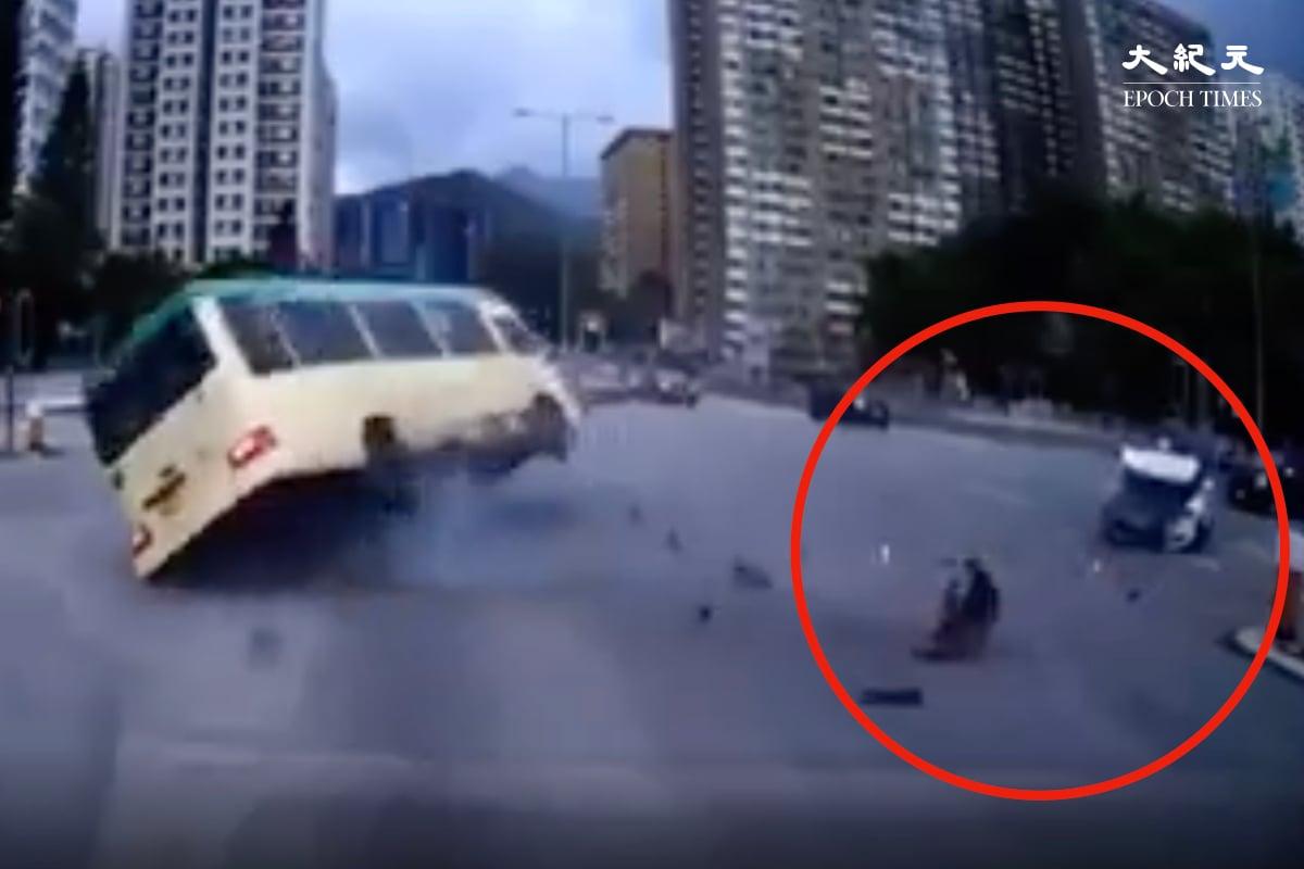 今日(6月13日)下午約3點,沙田發生致命交通意外,一輛綠色小巴被一輛行駛中的私家車撞倒。小巴被撞翻,私家車車頭嚴重損毀,車禍最少造成一死七傷。(網絡影片截圖)