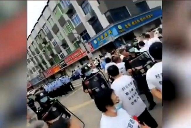 6月12日,浙江溫州瑞安市爆發村民集體維權,村民與警察對峙。(視頻截圖)