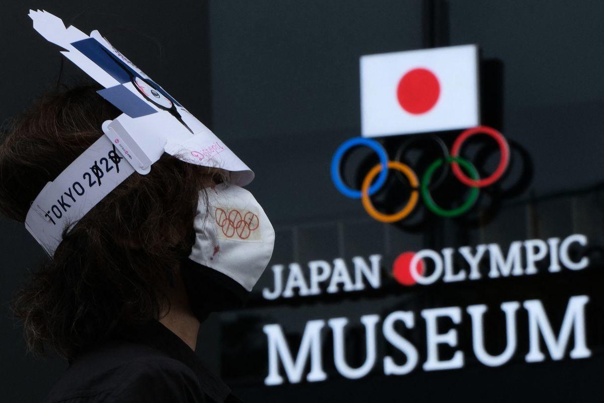 關西大學理論經濟學教授宮本勝浩表示,與東奧相關的直接開支為37億美元,而因對奧運熱情退卻,刺激家庭消費作用減半,企業宣傳活動亦大大收縮。(KAZUHIRO NOGI/AFP via Getty Images)