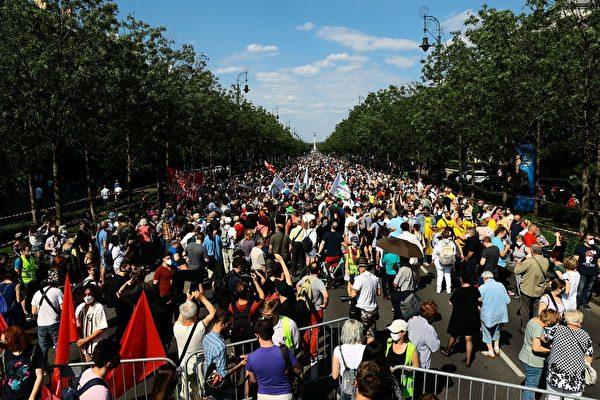 6月5日,數千名匈牙利人在首都布達佩斯街頭舉行遊行示威,抗議上海復旦大學在當地開設分校。(FERENC ISZA/AFP/Getty Images)