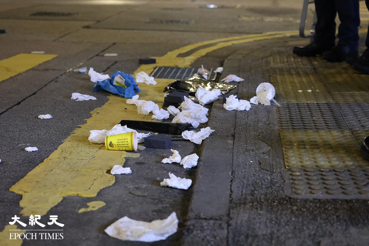 一名19歲及另一名15歲青年,涉嫌在山東街洗衣街附近將垃圾及垃圾桶等雜物拋到馬路上,被控「 在公眾地方作出擾亂秩序的行為 」。(李辰/大紀元)
