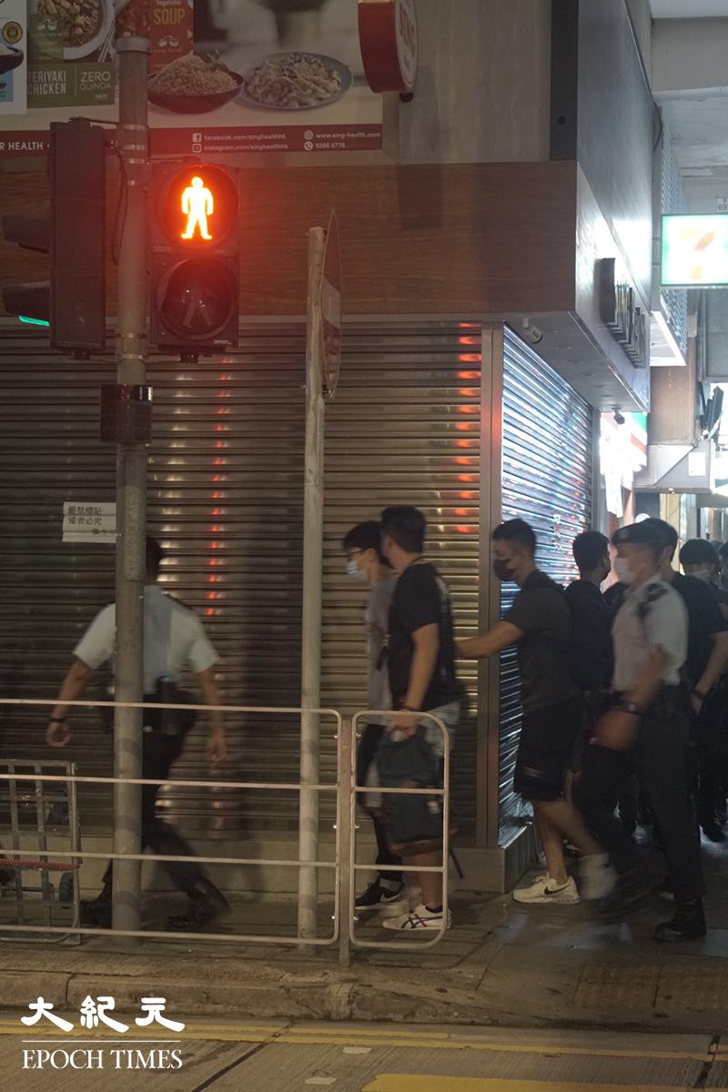 6月12日反送中運動兩周年當晚,兩青年涉嫌在山東街洗衣街附近將垃圾及垃圾桶等雜物拋到馬路上,被控「 在公眾地方作出擾亂秩序的行為 」。(李辰/大紀元)