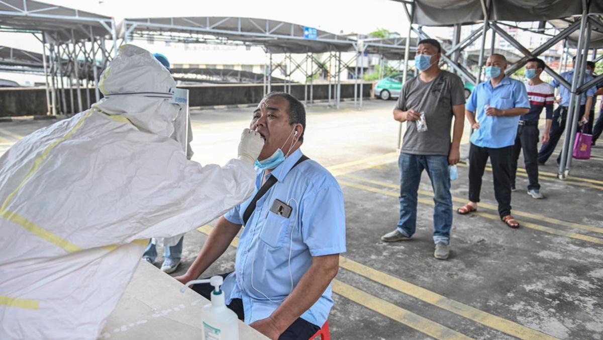 圖為2020年4月20日,廣州市民眾排隊做核酸檢測。(STR/AFP via Getty Images)