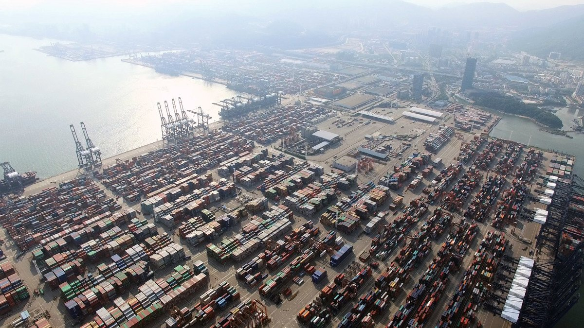 受廣州疫情影響,貨物經由深圳鹽田港(Yantian Port)出口受阻,多數貨物轉運到蛇口港和南沙港,因此出現塞港現象。圖為鹽田國際集裝箱碼頭。(Gigel.atat / 維基百科)