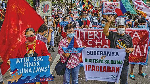 6月12日,菲律賓民眾在中共大使館前抗議。(Getty Images)