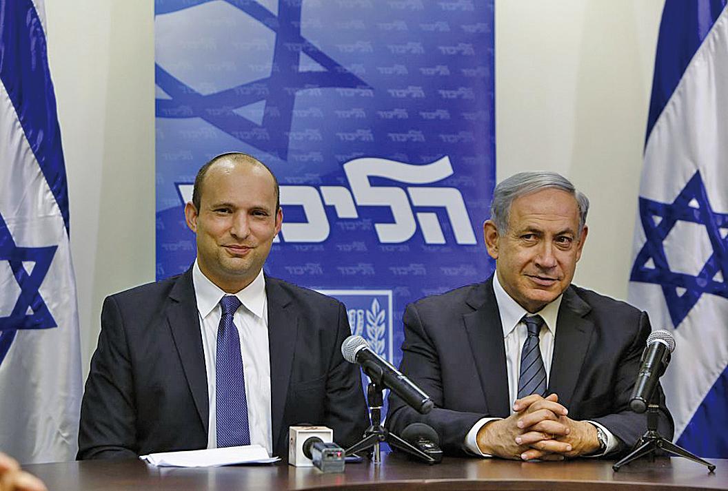 貝內特(左)曾是內塔尼亞胡(右)的盟友,後轉變為政治對手。圖為,2015年5月6日,兩人在耶路撒冷的以色列議會召開記者會。(Getty Images)