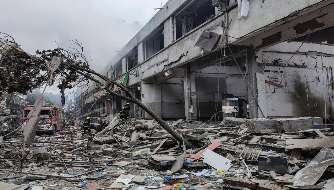 6月13日早上,湖北十堰張灣區艷湖小區41廠菜市場發生天然氣爆炸,至少150死傷。圖為救援人員在搜救傷者。(CNS/AFP via Getty Images)