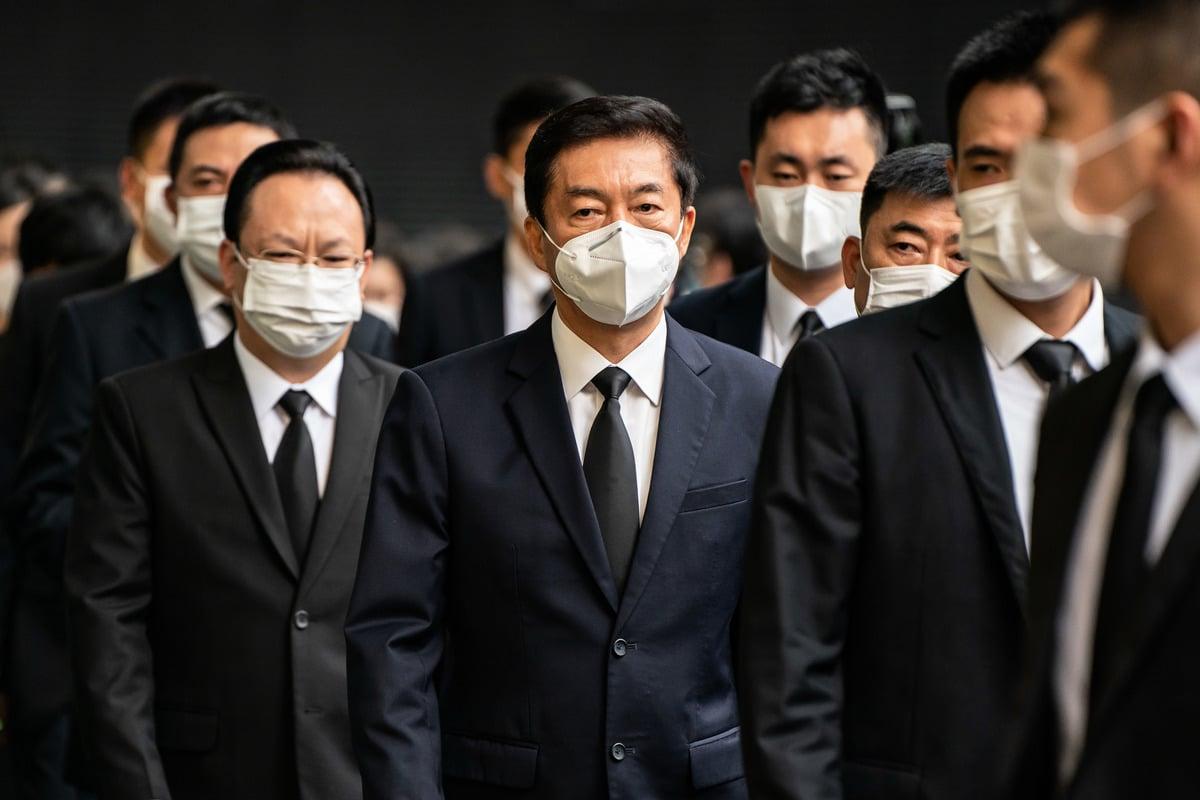 中聯辦主任駱惠寧日前宣稱,誰提「結束一黨專政」就是中共的敵人。圖為2020 年 7 月 10 日駱惠寧(中)在香港參加澳門賭王何鴻燊的葬禮。(Anthony Kwan/Getty Images)