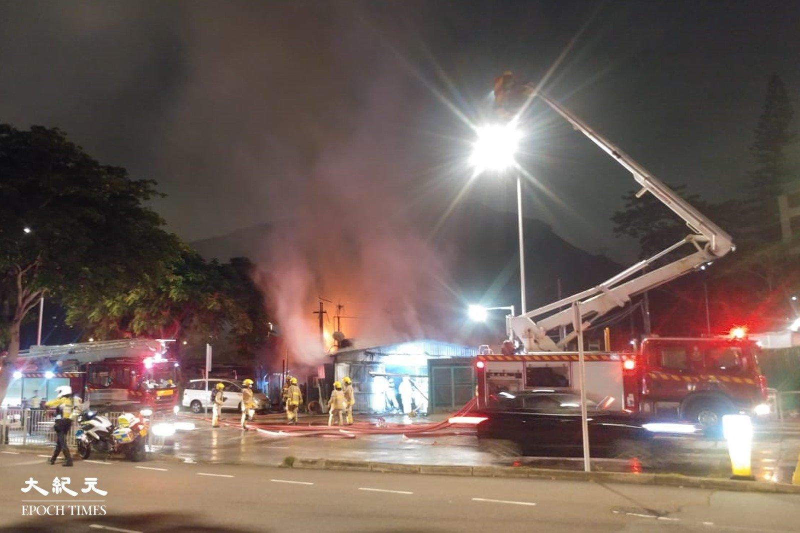 黃竹坑道新圍村今晚19:36發生火警,截至21:05火警已經救熄。(讀者提供)