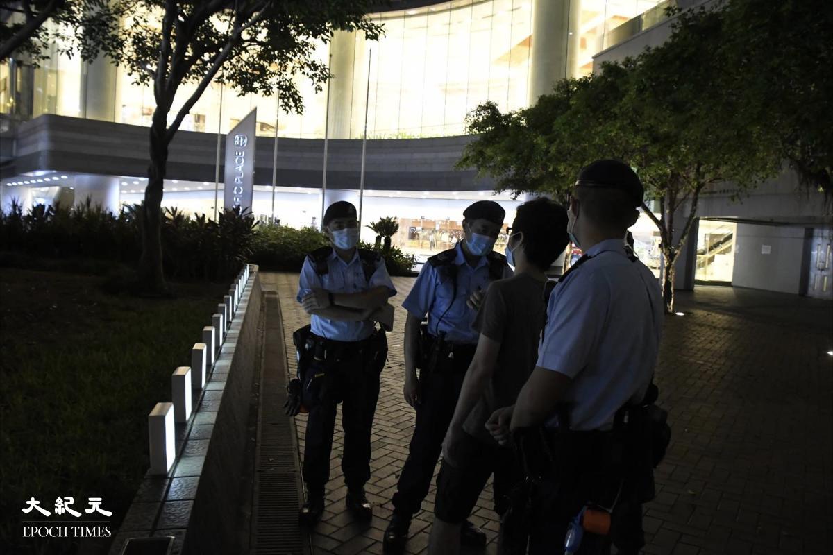 一名市民陳先生,在太古廣場與高等法院間一條通道旁的花槽上,放了一行白色燈箱悼念梁凌杰,卻被警方勒令收起,否則票控。(麥碧/大紀元)