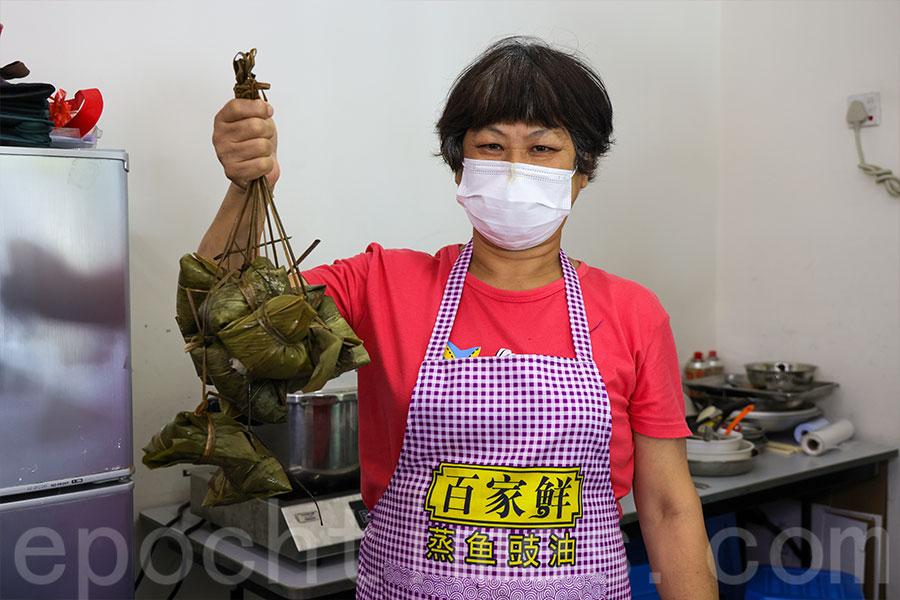 潮州人芬姐分享她製作潮州糭的心得。(陳仲明/大紀元)
