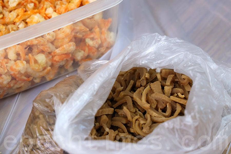 芬姐的潮州糭秘方是加入了家鄉的菜脯。(陳仲明/大紀元)