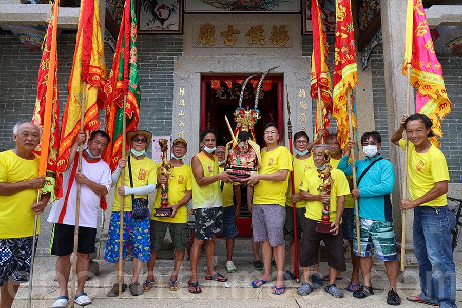 龍舟會成員到大澳四間廟宇迎請神像巡遊大澳水道。(陳仲明/大紀元)