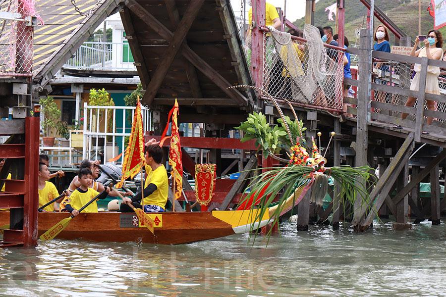 拖著神艇的龍舟在通過大澳水道上的行人橋時,橋面均會升起,理由是不讓人站在神祗之上,以示尊敬。(陳仲明/大紀元)