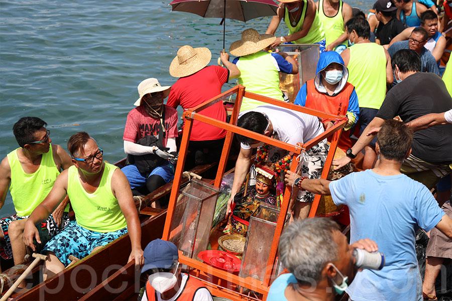 長洲端午遊龍中,漁會成員會迎請北帝神像到龍舟上。(陳仲明/大紀元)