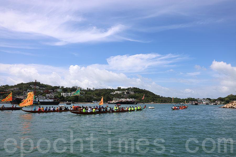 三艘龍舟在長洲避風塘內巡遊一圈,以潔淨社區,祈求水陸平安。(陳仲明/大紀元)