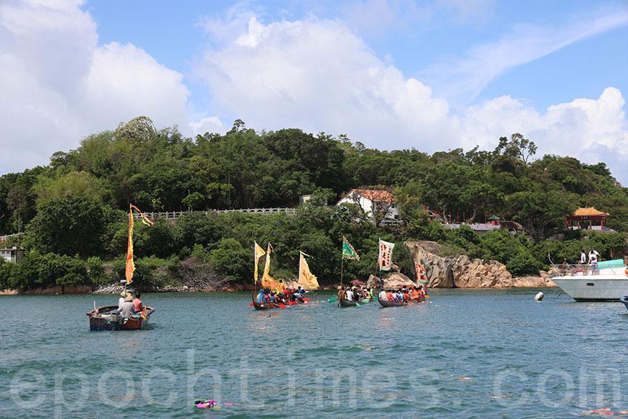 三艘龍舟在長洲西灣天后廟前拜祭。(陳仲明/大紀元)