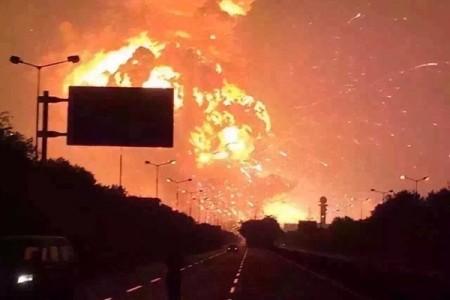 天津濱海新區開發區在2015日8月12日發生劇烈爆炸,爆炸火光沖天。(網絡圖片)