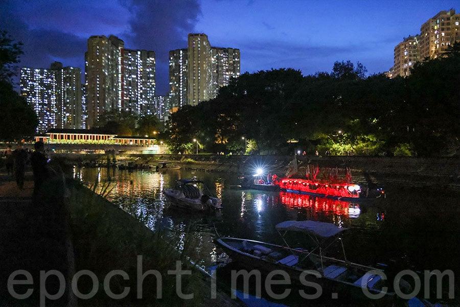 在大埔林村河上舉行的遊夜龍以抗疫為目的。(陳仲明/大紀元)