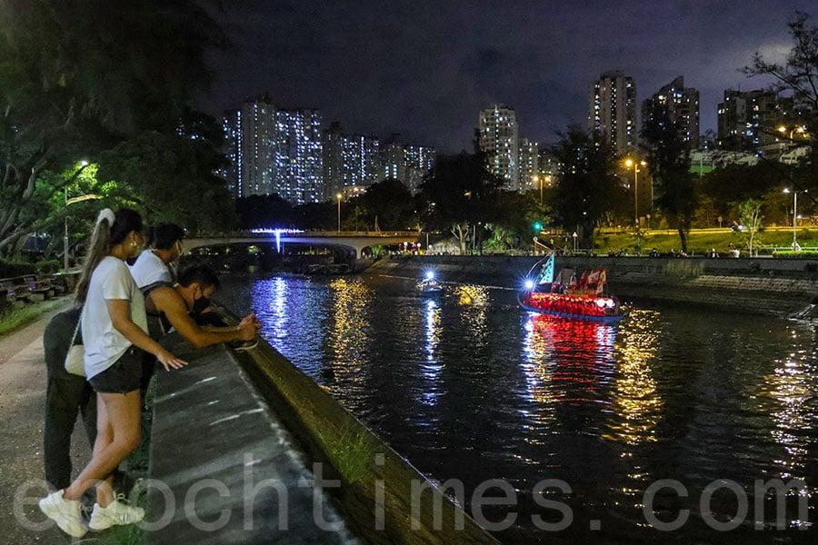 大埔林村河遊夜龍活動期間吸引不少市民在岸邊駐足觀賞。(陳仲明/大紀元)