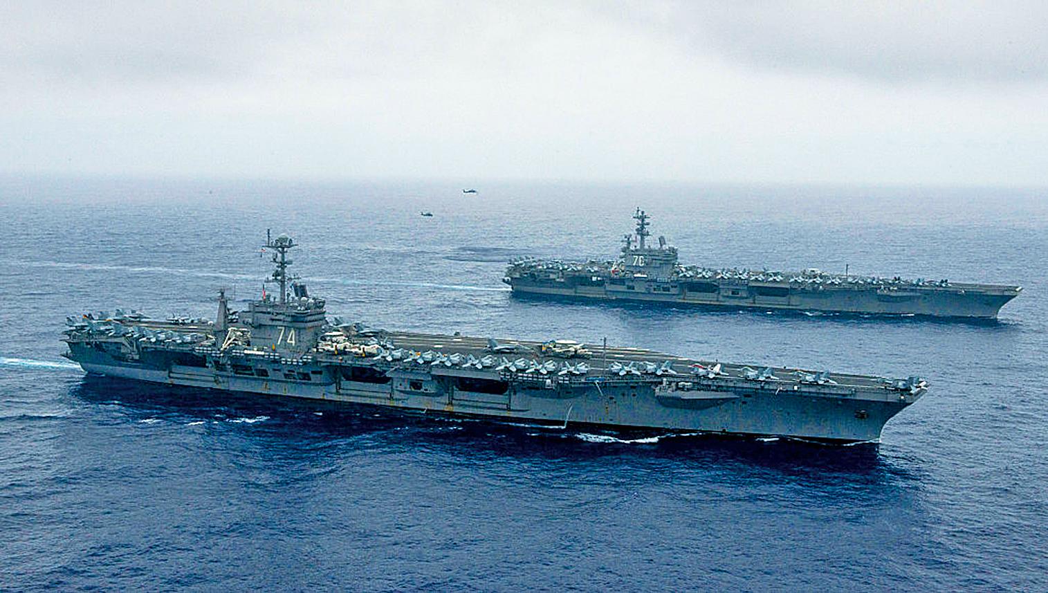 圖為由核動力航空母艦列根號(USS Ronald Reagan)帶領的美國航空母艦打擊群正在執行例行任務。(Getty Images)