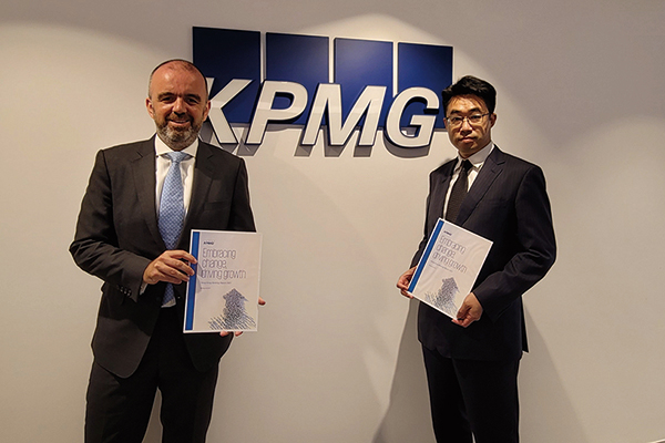 畢馬威於6月15日發佈最新報告指出,2021年銀行業盈利仍承壓。畢馬威中國香港金融服務合夥人Paul McSheaffrey(左)。(KMPG提供)