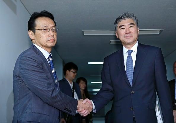 日本外務省亞洲大洋洲局局長金杉憲治(左)9月11日與美國國務院北韓政策特別代表金聖鎔(右)在日本外務省會談,強調對北韓採取「最大限度的強硬措施」。(SHIZUO KAMBAYASHI/AFP/Getty Images)