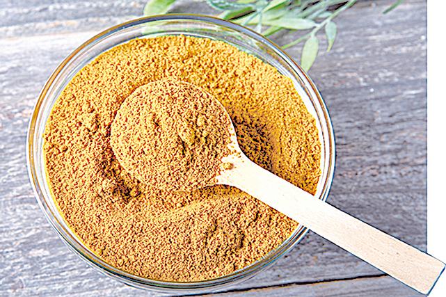 用咖哩粉做菜,味道層次很豐富。