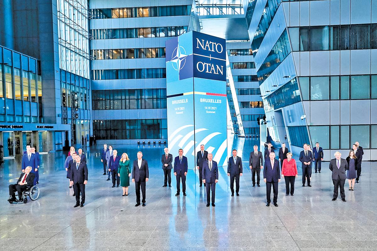 北約領導人在星期一的峰會期間拍攝集體照,展現團結。(AFP)