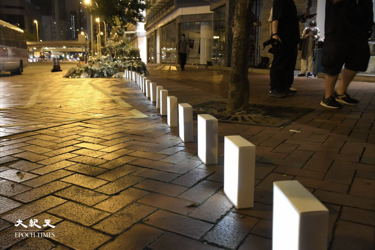 晚上11時20分,有市民把一個個白色燈箱排在祭壇旁邊。(麥碧/大紀元)