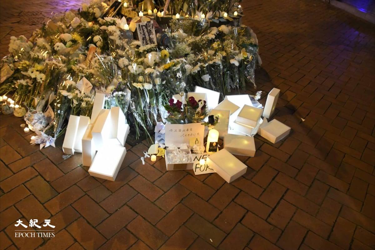 燈箱被警員手腳並用堆到金鐘祭壇下。(麥碧/大紀元)