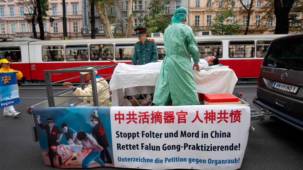 依據近期在倫敦的「維吾爾特別法庭」上的證詞顯示,中共「按需」活摘器官的證據越來越多。圖為法輪功學員2018年10月1日在奧地利維也納市中心集會遊行,抗議奧地利從中國進口人體器官。(JOE KLAMAR/AFP)