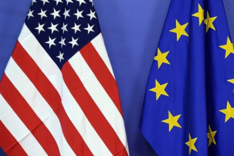 美國國旗(左)與歐盟旗幟並排而立。(Thierry Charlier/AFP via Getty Images)