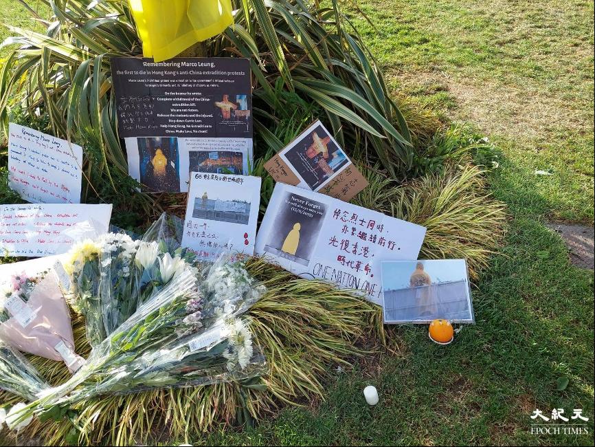 昨日是「反送中」示威者梁凌杰逝世兩周年,英國曼徹斯特港人發起悼念活動。(陳渭新提供)