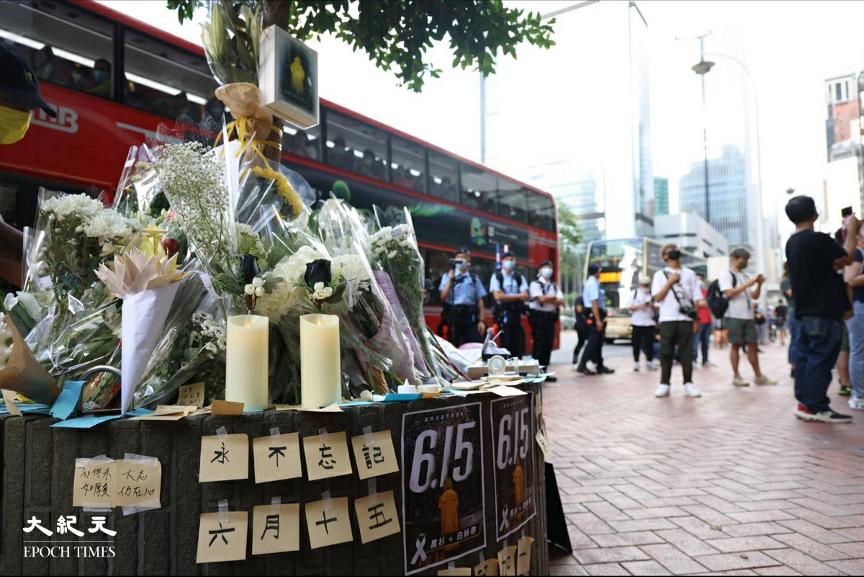 昨日大約下午3時起,陸續有市民到香港金鐘太古廣場外獻花,紀念墮樓身亡的梁凌杰。(李辰 / 大紀元)