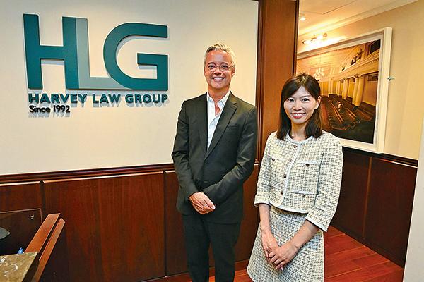 哈維法律集團全球管理合夥人Jean-François Harvey(左)表示,港人移民需求持續處於高位,且家庭客戶趨向年輕化。(宋碧龍/大紀元)